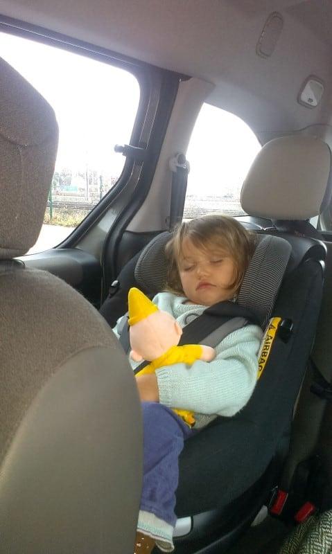 N is in slaap gevallen in de auto - op vakantie met peuter