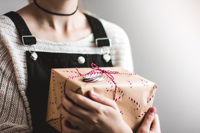 vrouw met pakje in hand